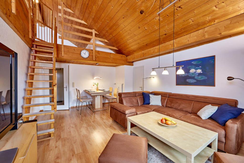 Wohnzimmer 2 - mit Aufgang zur Empore